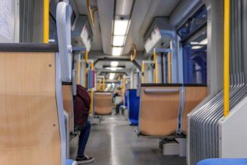 Sturz in Straßenbahn – Anforderungen an die Eigensicherung eines Fahrgastes
