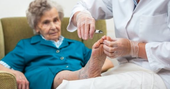 Hausverbot für Fußpfleger im Altenheim - Interessen- und Grundrechtsabwägung