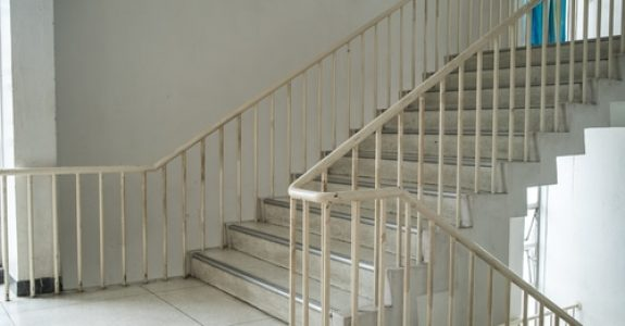 Verkehrssicherungspflicht in den Treppenhäusern eines gemeindeeigenen Klinikums