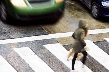 Verkehrsunfall – Sturzunfall eines Fußgängers neben einem anfahrenden Bus