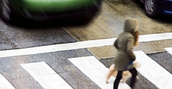 Verkehrsunfall - Sturzunfall eines Fußgängers neben einem anfahrenden Bus