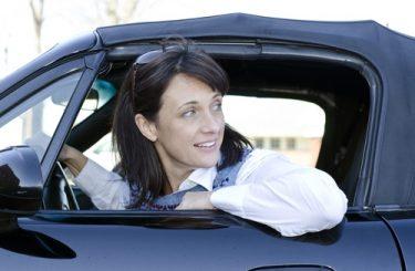 Verkehrsunfall - Kollision beim Rückwärtsfahren auf einem Parkplatz