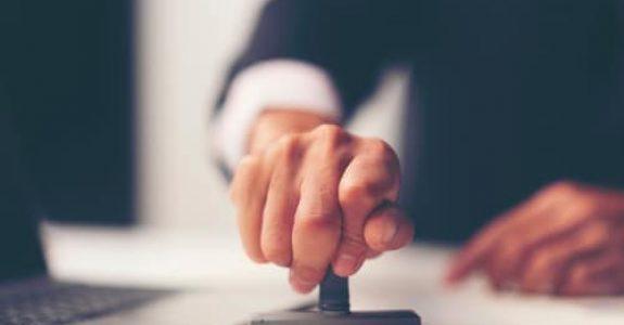 Vergütungsanspruch Anzeigenvertrag - Anscheinsvollmacht durch Firmenstempel