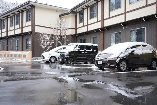Dachlawinen – Warnschilder/Schneegitter in schneearmen Gegenden - parkende Fahrzeuge