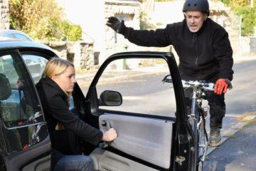 Verkehrsunfall – Knieverletzungen durch Sturz eines Fahrradfahrers über eine geöffnete Kfz-Tür