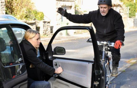 Verkehrsunfall - Knieverletzungen durch Sturz eines Fahrradfahrers über eine geöffnete Kfz-Tür