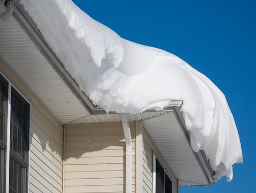 Verkehrssicherungspflicht - vom Dach trotz Schneefanggitter herabgefallener Eisbrocken