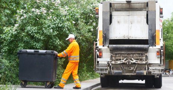 Verkehrsunfall mit vom Straßenrand anfahrenden Sondersignale verwendenden Müllfahrzeugs