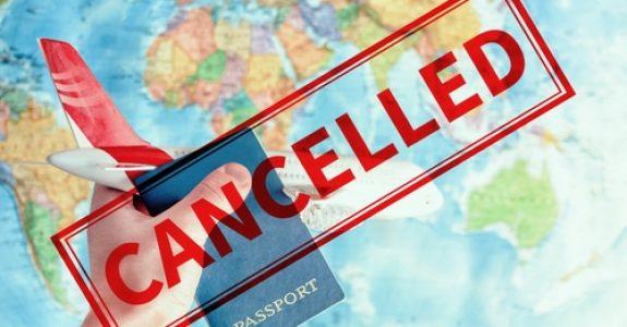 Reiserücktritt wegen Corona-Pandemie – Rückzahlungsansprüche gegen Reiseveranstalter AG Köln Az.: 133 C 213/20 Urteil vom 14.09.2020 Die Beklagte wird verurteilt, an die Klägerin 1.959,60 EUR nebst Zinsen in Höhe von 5%-Punkten über dem jeweiligen Basiszinssatz seit dem 12.05.2020 zu zahlen. Im Übrigen wird die Klage abgewiesen. Die Kosten des Rechtsstreits trägt die Beklagte. Das Urteil ist gegen Sicherheitsleistung in Höhe von 110% des jeweils zu vollstreckenden Betrages vorläufig vollstreckbar. Tatbestand Die Klägerin buchte bei der Beklagten am 07.01.2020 für sich und für den mitreisenden Herrn U. N. eine Flugpauschalreise nach Japan vom 03.04.2020 bis zum 22.04.2020 zu einem Gesamtreisepreis von 9.798,00 EUR. Unter dem 02.03.2020 veröffentlichte das Auswärtige Amt auf seiner Internetseite den Hinweis, dass u.a. in Japan ein Großteil der Neuninfektionen an dem neuartigen Coronavirus (SARS-CoV-2) aufträten. Ferner findet sich in dem Hinweis eine Beschreibung der Krankheitssymptome, des erstmaligen Aufkommens und der möglichen Infektionsweise. Auch wies das Auswärtige Amt darauf hin, dass die WHO bereits am 30.01.2020 eine gesundheitliche Notlage internationaler Tragweite ausgerufen und der Erreger das Potential zur Pandemie habe (Bl. 20 d.A.). Ferner berichtete der Internetauftritt der Tagesschau über weitere Auflagen für die Einreise u.a. aus Japan. Ein Krisenstab der Bundesregierung habe beschlossen, dass der Gesundheitsstatus für Reisende auch aus Japan gemeldet werden müsse. Die Klägerin widerrief, hilfsweise stornierte / kündigte unter Berufung auf § 651h BGB [so wörtlich] die Reise unter dem 02.03.2020. Darin äußerte sich die Klägerin besorgt über die zunehmend unsichere Lage und der Nennung von Japan als eines von fünf meist gefährdeten Ländern seitens der Bundesregierung. Ferner bezog die Klägerin Stellung zu einem Hinweis auf der Internetseite der Beklagten, dass in den Monaten März und April keine Reisen mehr in Länder unternommen würden, in denen das V