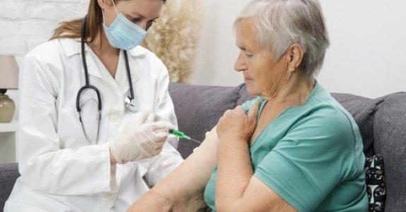 Anspruch auf unverzügliche Corona-Schutzimpfung für 83-jährige Eheleute