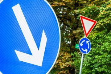 Verkehrsunfall – Verstoß gegen ein durch ein Zeichen angeordnetes Fahrtrichtungsgebot