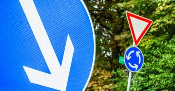 Verkehrsunfall - Verstoß gegen ein durch ein Zeichen angeordnetes Fahrtrichtungsgebot