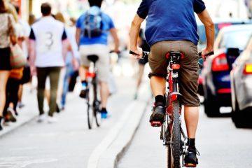 Sturz Radfahrer bei Verstoß gegen Rechtsfahrgebot im fließenden Verkehr