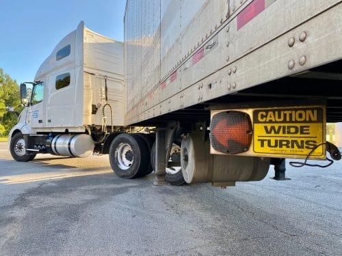 Verkehrsunfall – Ausschwenken Auflieger eines abbiegenden Sattelzugs in die Gegenfahrbahn