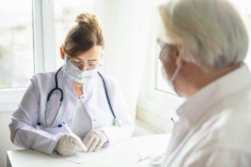 Corona-Pandemie – Tragen Mund-Nase-Bedeckung in Arztpraxis