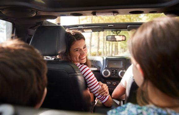 Grob fahrlässige Unfallverursachung durch Umdrehen zu Kind auf der Rücksitzbank