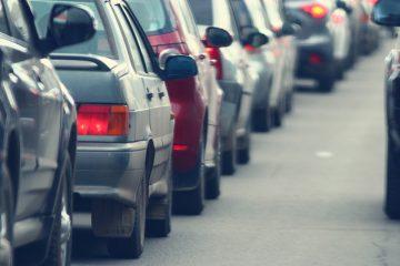 Verkehrsunfall – Überholen stockender Kolonne mit Warnblinklicht ohne Einscherlücke