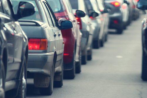 Verkehrsunfall - Überholen stockender Kolonne mit Warnblinklicht ohne Einscherlücke