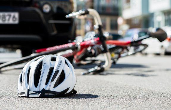 Kollision zwischen Fahrzeug und von Gehweg auf Fahrbahn fahrenden Fahrrad
