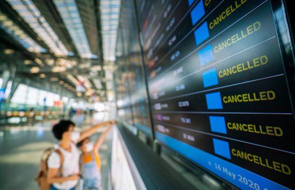 Verzögerung des nach Ausfall des gebuchten Fluges am Folgetag durchgeführten Ersatzfluges