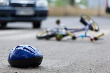 Verkehrsunfall – Kollision zwischen Fahrzeug und einem 10-jährigen Kind