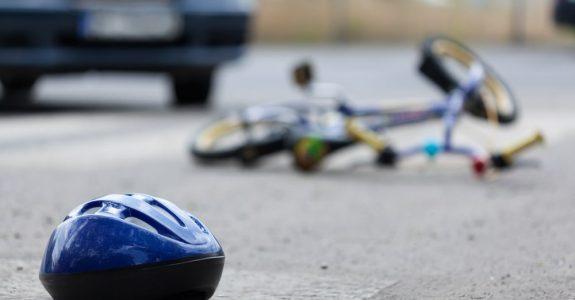 Verkehrsunfall - Kollision zwischen Fahrzeug und einem 10-jährigen Kind