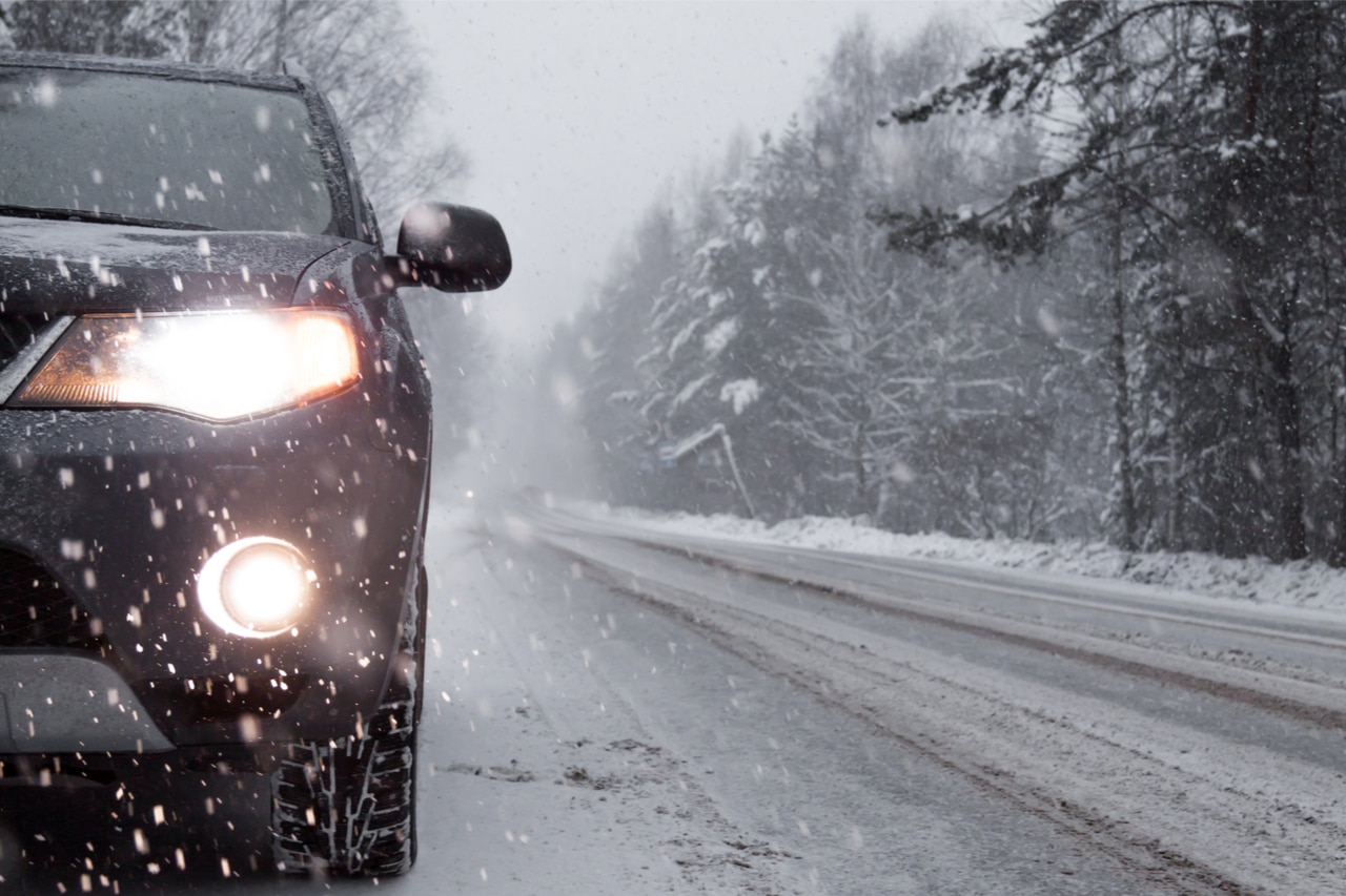 Plötzlicher Wintereinbruch Autounfall ohne Winterreifen