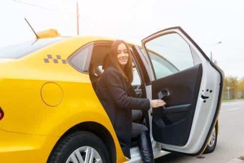 Taxifahrt - Verantwortlichkeit eines Taxi-Fahrgasts wegen unsorgfältiger Türöffnung