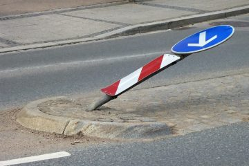 Schadenersatzanspruch aufgrund einer Kollision mit einem umgeknickten Verkehrsschild