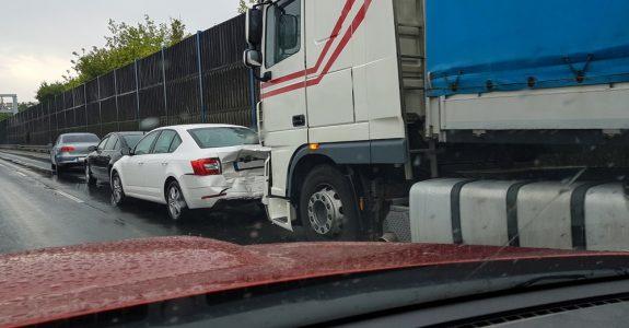 Verkehrsunfall - Kollision bei unzulässigem Wechsel auf den rechten Seitenstreifen der Autobahn