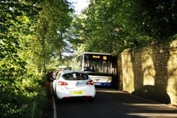 Verkehrsunfall – Kollision zweier Fahrzeuge auf schmaler Straße