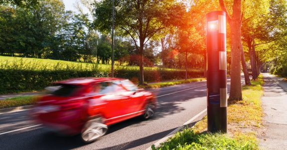 Verkehrsunfall - Haftung Fahrzeugführer bei erheblicher Geschwindigkeitsüberschreitung innerorts