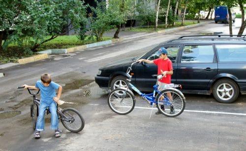 Verkehrsunfall - Radfahren eines 9-jährigen Kindes auf Parkplatz - Haftung
