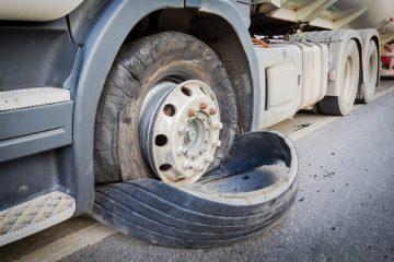 Verkehrsunfall – Teile eines Reifenmantels – Reifendecke auf Autobahn