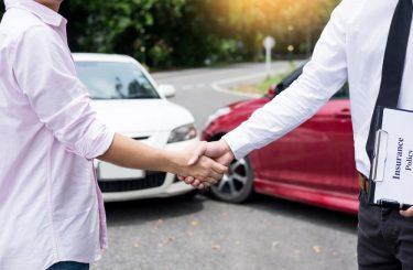 Verkehrsunfall - Kollision zwischen abbiegendem Fahrzeug mit geradeaus fahrenden Fahrzeug