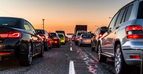 Verkehrsunfall auf einer mehrspurigen Straße nach Wiedereinscheren nach Überholen