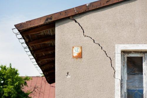 Grundstückskauf - Schadensersatzanspruch des Käufers bei Wandrissen und undichtem Dach