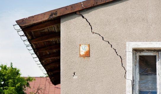 Grundstückskauf – Schadensersatzanspruch des Käufers bei Wandrissen und undichtem Dach