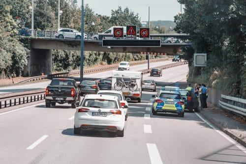 Verkehrsunfall auf Autobahn - Spurwechsel von Mittelspur auf Überholspur