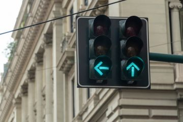 Verkehrsunfall – Zusammenstoß beim Linksabbiegen an Ampel mit einem grünen Linksabbiegerpfeil