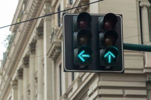 Verkehrsunfall - Zusammenstoß beim Linksabbiegen an Ampel mit einem grünen Linksabbiegerpfeil