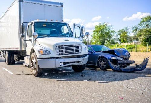 Verkehrsunfall - Kollision eines Lkw mit einem im toten Winkel fahrenden Spurwechsler
