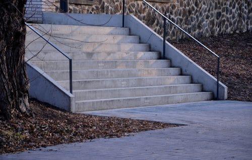Verkehrssicherungspflicht einer Bank - Instandhaltung des Handlaufs einer Treppe