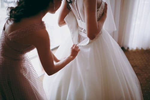 Hochzeitskleidkauf nach vorheriger Anprobe in Ladengeschäft