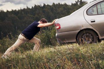 Verkehrsunfall -Versuch des Aufhaltens eines wegrollenden Fahrzeugs