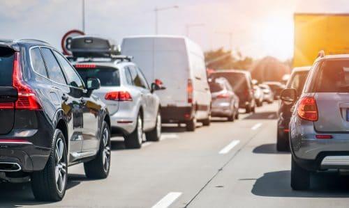 Verkehrsunfall bei Stau - Anwendbarkeit des § 18 Abs. 3 StVO auf der bevorrechtigten Fahrspur