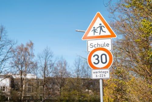 Verkehrsunfall - im Bereich einer Schule nebst dort befindlicher Bushaltestelle