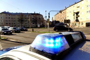 Verkehrsunfall mit Verwendung von Einsatzhorn und Blaulicht in Kreuzung fahrendes Polizeifahrzeug
