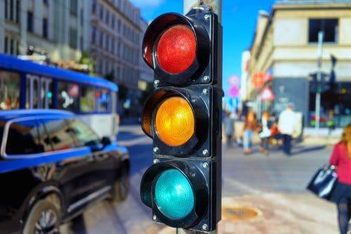 Verkehrsunfall - Linksabbieger und Rechtsabbieger an ampelgeregelter Kreuzung